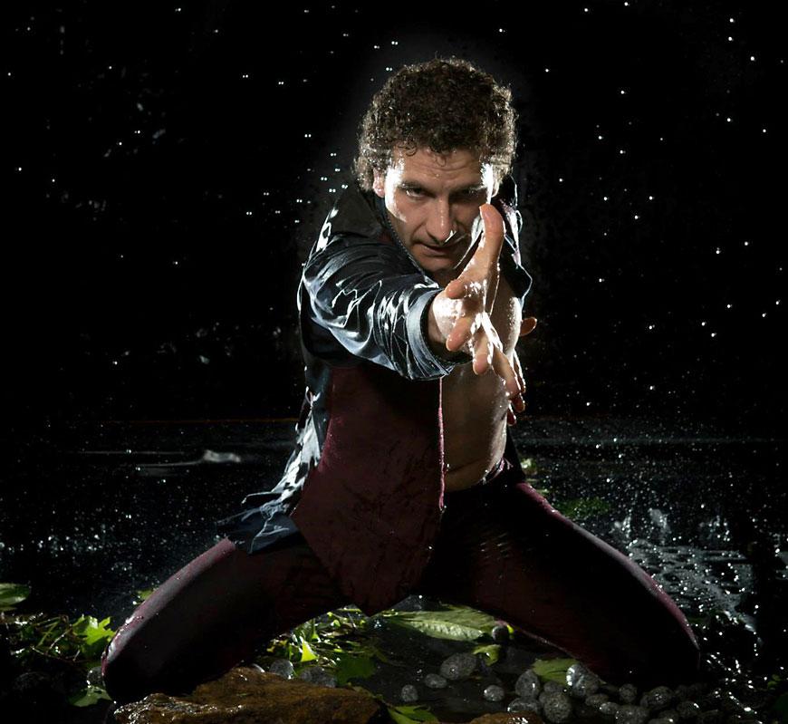 Spanischer Flamencotänzer José Fortes im Regen mit ausgestreckter Hand
