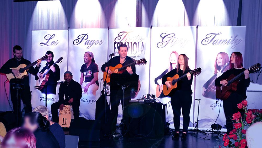 Spanische Band Gipsy Family Los Payos auf der beleuchteten Bühne mit ihren spanischen Gitarren im Festsaal des Saarbrücker Schlosses
