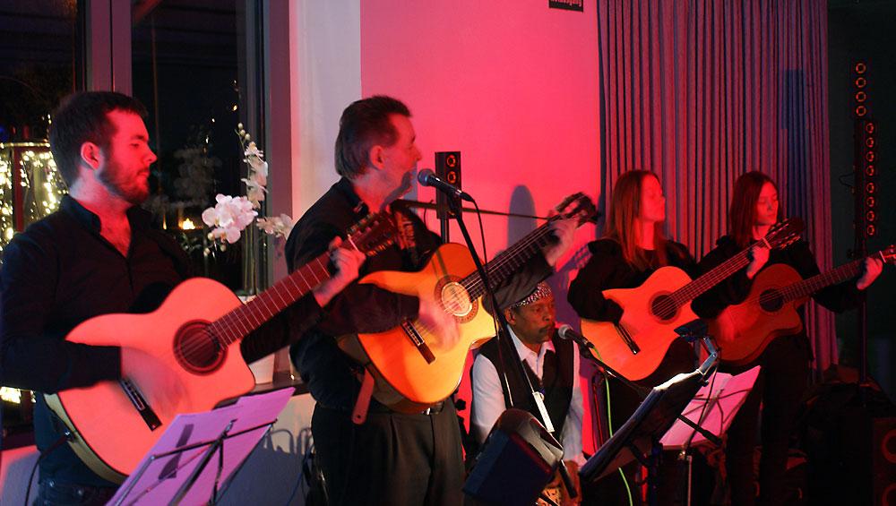 Spanische Band Gipsy Family Los Payos mit ihren spanischen Gitarren bei einer Hochzeitsfeier