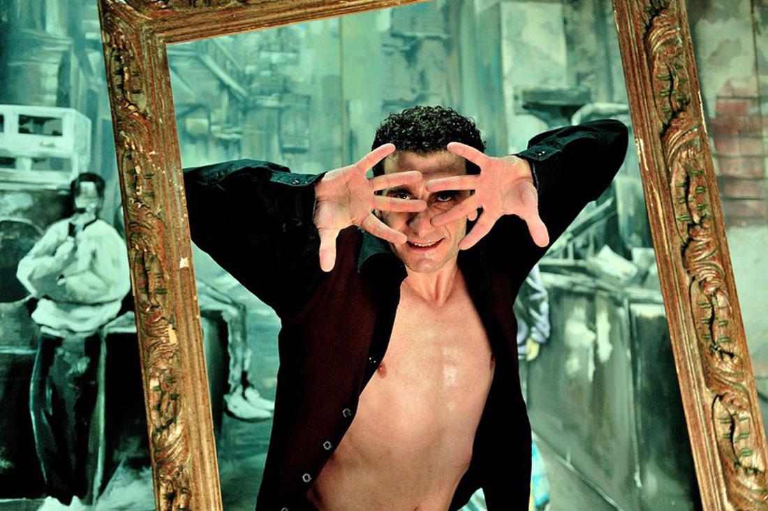 Flamencotänzer José Fortes posiert in einem großen Bilderrahmen