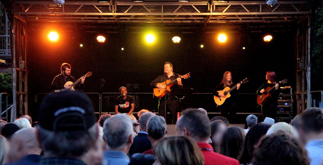 Die spanische Liveband Gipsy Family Los Payos auf der Bühne beim Merziger Altstadtfest mit spanischer Musik und spanischen Gitarren