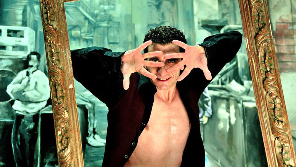 Flamencotänzer Jose Fortese posierend in einem goldenene Bilderrahmen