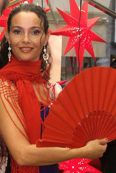 Flamenotänzerin Daniela Lodani mit Fächer, tanzt zur spanischen Musik der Gipsy Family Los Payos