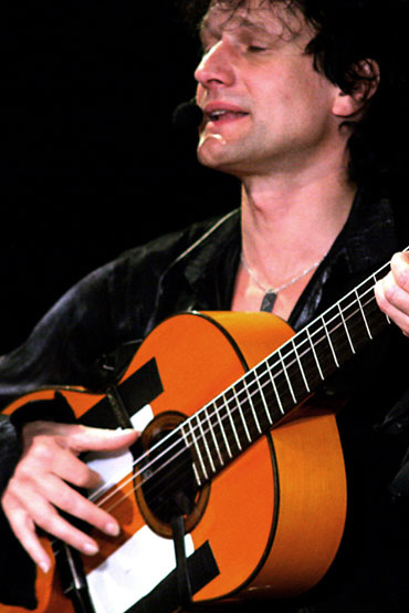 Mario mit seiner Gitarre, begleitet die spanische Band Gipsy Family Los Payos