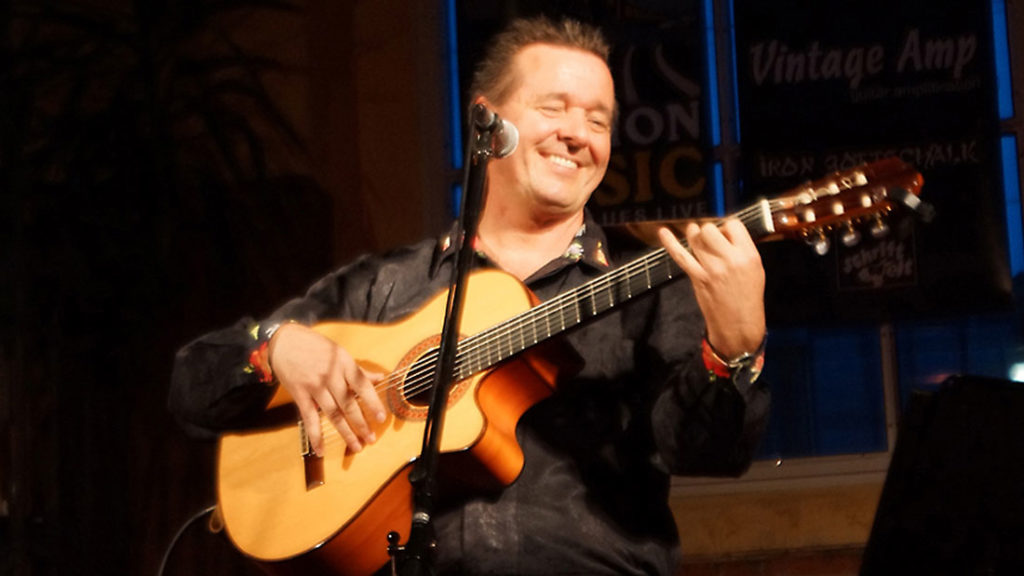 Bandleader Rene el Payo mit seiner spanischen Gitarre von der spanischen Band Gipsy Family Los Payos