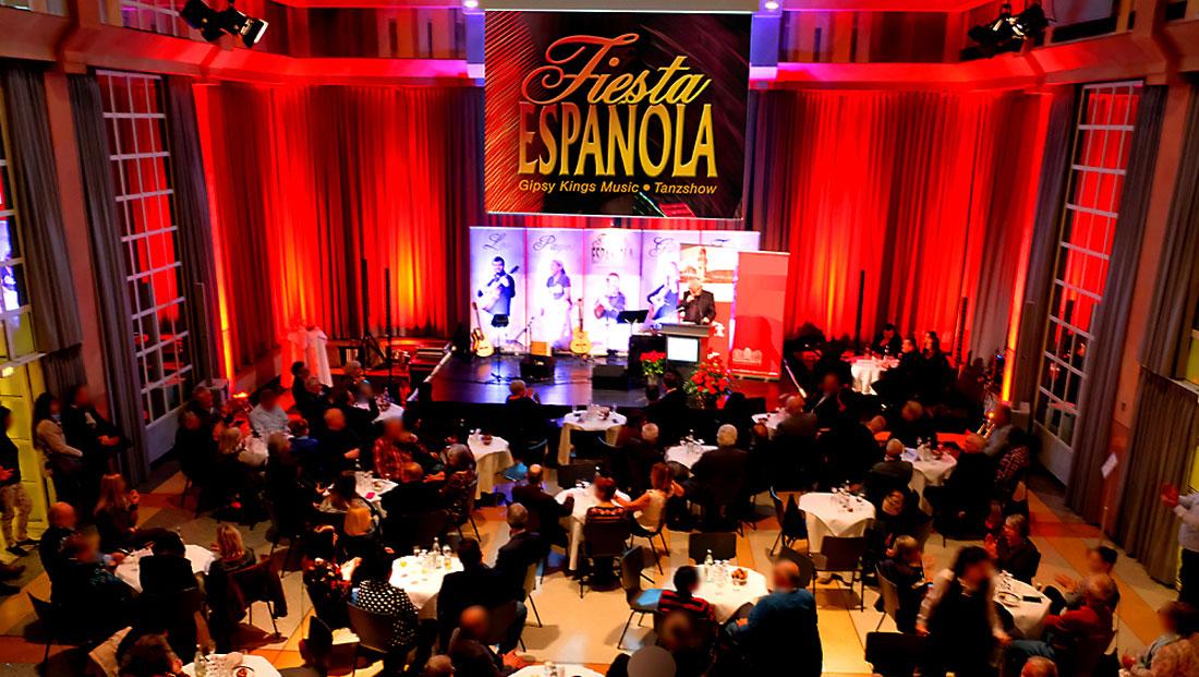 Bühnenhintergrund der spanischen Band Gipsy Family Los Payos im großen Festsaal des Saarbrücker Schlosses mit Publikum vor der Bühne