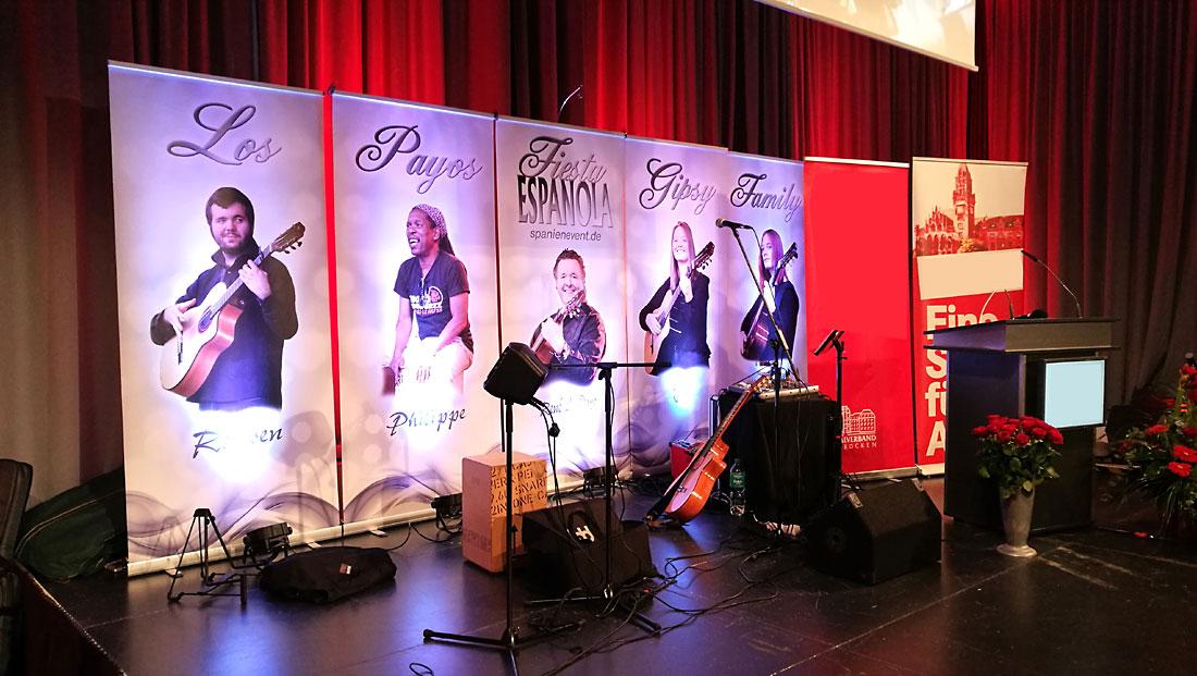 Beleuchteter Bühnenhintergrund der spanischen Band Gipsy Family Los Payos auf der Bühne des Saarbrücker Schlosses