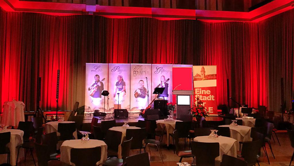 Bühnenhintergrund der spanischen Band Gipsy Family Los Payos im großen Festsaal des Saarbrücker Schlosses
