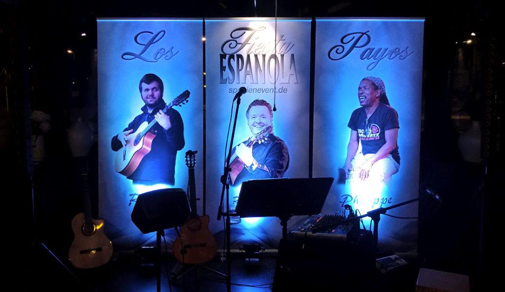 Bühnenhintergrund der spanischen Band Gipsy Family Los Payos blau angestrahlt
