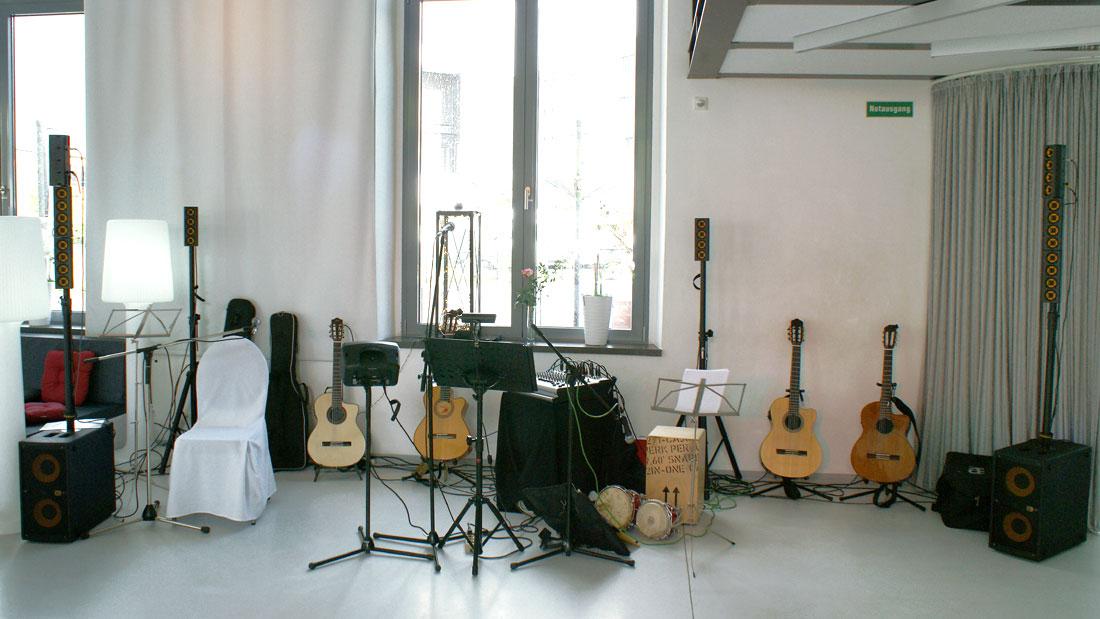 Technik und vier spanische Gitarren der spanischen Band Gipsy Family Los Payos bei einer Hochzeitsfeier in einem Festsaal
