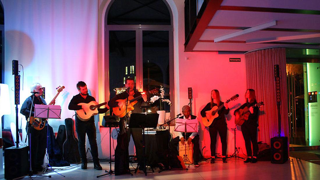 Die spanische Band Gipsy Family Los Payos angestrahlt mit Scheinwerfern bei einem Hochzeitsfest in einem Festsaal