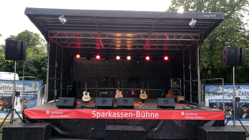 Große Bühne auf einem Stadtfest mit den vier spanischen Gitarren der spanischen Band Gipsy Family Los Payos